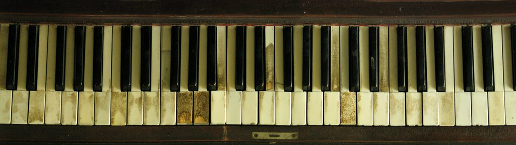 how to clean digital piano keys